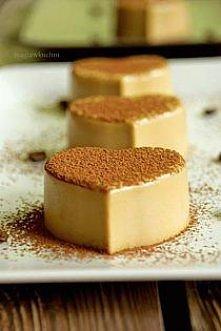 Kawowa Panna Cotta porcja na 6 sztuk 300 ml śmietany 36% 200 ml mocnej kawy ( z 2 łyżeczek) 50 g cukru trzcinowego 1,5 łyżki żelatyny ponadto odrobina kakao do posypania lub sta...