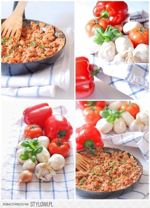 Faszerowana papryka 2 duże papryki 500 g chudego mięsa mielonego 300 g pieczarek puszka pomidorów 2 łyżki koncentratu pomidorowego szalotka 2 ząbki czosnku 3 łyżki posiekanej bazylii chilli w proszku słodka papryka kumin sól, pieprz  Szalotkę i czosnek drobno posiekać i chwilę podsmażyć, dodać mięso, przyprawić i smażyć do zarumienienia. Dodać pomidory (razem z sokiem), koncentrat i bazylię, dokładnie wymieszać i gotować, aż sok z pomidorów odparuje. Pieczarki pokroić w drobną kostkę, oprószyć solą i pieprzem, podlać dwiema łyżkami wody i dusić pod przykryciem, aż zmniejszą objętość o połowę. Papryki przekroić na pół i oczyścić z gniazd nasiennych. Nakładać na przemian po łyżce farszu mięsnego i pieczarkowego. Ułożyć w naczyniu żaroodpornym i zapiekać ok. 20-25 min. w temperaturze 200 stopni. Podawać z sosem czosnkowym