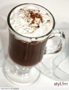 Prawdziwa gorąca czekolada Składniki: 200 ml mleka 100 ml śmietanki 30% tabliczka ulubionej czekolady (najlepiej gorzkiej) dodatki – płatki chilli, cynamon, bita śmietana, wiórk...