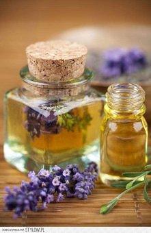 Olejek lawendowy mozna wykonać samodzielnie. Kąpiel z dodatkiem pachnącego olejku cudownie relaksuje. Receptura na taki kosmetyk jest prosta. Suszoną lawendę zalewamy oliwą z ol...
