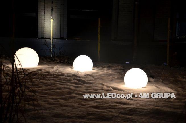 Ogród może wyglądadać dobrze również zimną. LEDco.pl