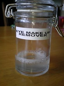 Domowej roboty płyn do zmywania makijażu z oczu. 240 ml wody ,  1 1/5 łyżki stołowej szamponu dla dzieci , 1/8 łyżeczki olejku dla dzieci . Mieszamy w słoiczku . Za każdym razem...