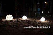 Świecąca kula może posłużyć jako lampa ogrodowa nawet podczas srogiej zimy. LEDco.pl
