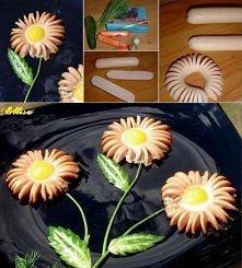 pomysł na śniadanie :) kwiatki z parówek i jajek sadzonych :)