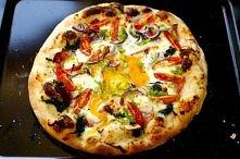 Ciasto na pizze  Składniki:  2,5 - 3 szklanki mąki 3-5 dag drożdży 3-4 łyżeczki oliwy z oliwy (extra virgin) ok. 0,5 szklanki wody (lekko ciepłej, przegotowanej) mała łyżeczka s...