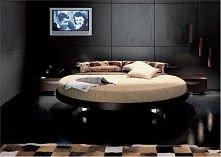 okrągłe łóżko w sypialni