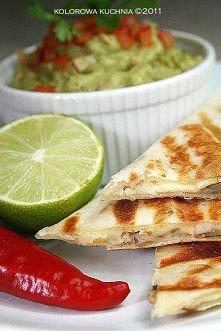 Zapiekana tortilla z serem i dodatkami. Proponuję kurczaka i pieczarki. Torti...