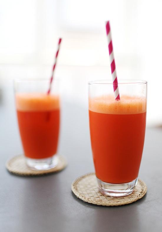 Koktajle odchudzające - MARCHWIOWY  | dawka witaminy A      Składniki: 3 duże marchewki pomarańcza pół szklanki mrożonych malin lub truskawek łyżka miodu 2 łyżki zmielonego siemienia lnianego       Przygotowanie: Marchewkę obierz i zetrzyj na tarce. Pomarańczę obierz ze skórki. Zmiksuj z malinami i marchewką. Dodaj siemię i miód.