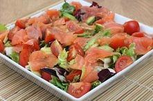 Sałatka z łososiem wędzonym podana na mieszance sałat, z dodatkiem awokado i ...