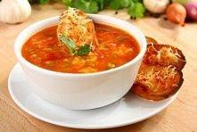 Hiszpańska zupa pomidorowa z czosnkowymi grzankami    cebula posiekana - 1 sztuka  Bagietka pokrojona w kostkę - 225 gramów  zielona papryka posiekana - 1 sztuk ząbek czosnku zm...