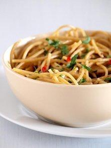 Spaghetti aglio e olio z książki Ewy Chodakowskiej   Składniki: (1 porcja) 13...