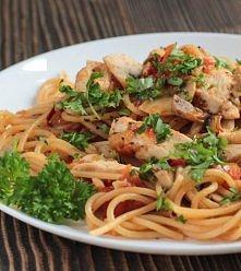 Szybkie spaghetti z kurczakiem;D  składniki:  pierś z kurczaka - 3 sztuki makaron spagetti - 200 gramów Sos w słoiku Spaghetti Bolognese Knorr - 1 opakowanie cebula - 1 sztuka c...