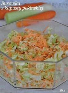 Składniki: 1 kapusta pekińska 2 średnie marchewki 1mały por majonez sól, pieprz   Kapustę pekińską pokroić w paski.  Pora w plasterki, marchewki zetrzeć na tarce o grubych oczka...