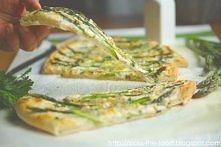 Pizza z zielonymi szparagami