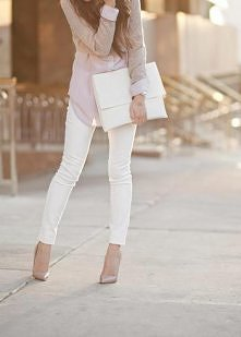 Beżowy, białe spodnie, duża biała kopertówka, koszula, marynarka