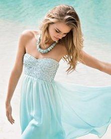 Okazuje się, że latem, ale tak naprawdę nie tylko latem, kobiety najbardziej lubią nosić modne sukienki. W sukience każda kobieta wygląda dobrze. Oczywiście sukienka powinna być...