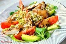 Czas na obiad ! :)  ZIELONA SAŁATKA Z GRILLOWANĄ PIERSIĄ Z KURCZAKA  Składniki (1 porcja): - 1/2 pojedynczej piersi z kurczaka (ok. 70g) - przyprawy do kurczaka: sól, pieprz, zi...