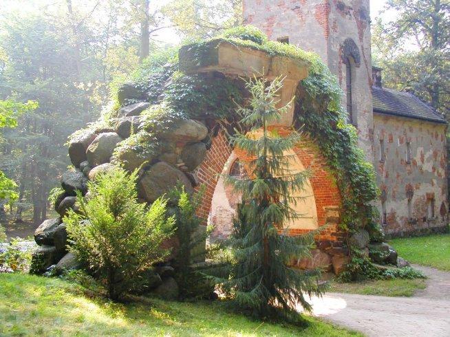 W Arkadii mieści się ogród romantyczny w stylu angielskim założony przez Helenę Radziwiłłównę (1753-1821), żonę właściciela pobliskiego Nieborowa. Głównym projektantem Arkadii był Szymon Bogumił Zug, część projektów była autorstwa Jana Piotra Norblina, Aleksandra Orłowskiego, Józefa Sierakowskiego, a później Henryka Ittara. Do zakładania ogrodu księżna przystąpiła w 1778 roku, a rozwijała go i komponowała aż do swojej śmierci.