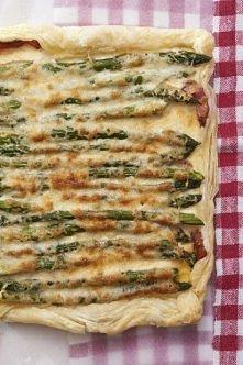 Szparagi na cieście francuskim z bekonem dla 4-6 osób  300 g zielonych szparagów  1 opakowanie (275 g) ciasta francuskiego  200 g wędzonego boczku  1 duży ząbek czosnku 1 nieduż...