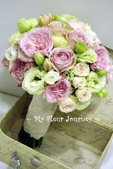 Biało-różowy bukiet ślubny z róż i eustomy
