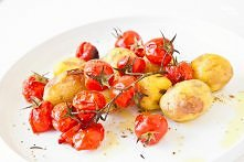 Zapiekane młode ziemniaki z pomidorkami