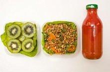 Kasza gryczana z marchewką i orzechami 2 kiwi butelka soku pomidorowego  Składniki na 2 porcje: 60 g kaszy gryczanej 1 średniej wielkości marchewka łyżka posiekanych orzeszków a...