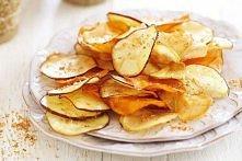 ZDROWE CHIPSY  Składniki: *ziemniaki (ok. 5 sztuk) *przyprawy: sól, pieprz, bazylia, oregano, papryka ostra *oliwa z oliwek  Ziemniaki obieramy ze skórki, myjemy i osuszamy nast...