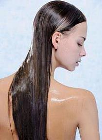 Płukanka z octu jabłkowego - połysk i gładkość Kwaśne pH pomaga domknąć łuski, dzięki czemu włosy są gładkie i błyszczące, dobrze się układają i nie plączą. Stosowanie: do szklanki letniej wody dodaj pół łyżki octu jabłkowego. Użyj mieszanki do ostatniego płukania włosów (po myciu i odżywieniu) lub pozostaw chwilę na włosach i spłucz chłodną wodą. Bez obaw - zapach octu szybko się ulatnia.