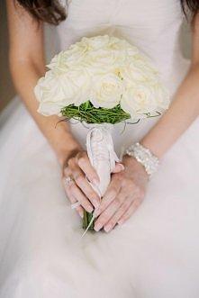 Bukiet ślubny z białych róż.
