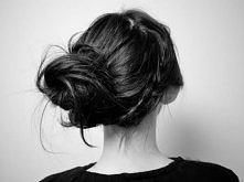 Aby przygotować kok należy zebrać włosy z tyłu głowy, spiąć w kucyk i zabezpi...