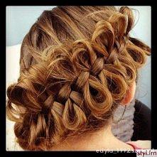 Romantycznie <3 Ktoś wie jak zrobić taką fryzurkę?