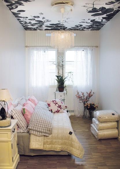 ściany gładkie , tapeta  na suficie