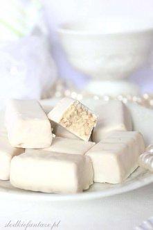 """""""Białe Michałki"""" Składniki :  150 g białej czekolady  ¾ szklanki ml..."""