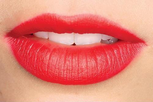 Jak powiększyć usta domowymi sposobami?  - delikatny masaż miękką szczoteczką...