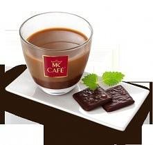 Kawa Miętowy Kaprys  Składniki: - 100 ml kawy MK Cafe Premium (np. kawy americano lub kawy mokka z dodatkiem gorącej wody albo kawy z ekspresu przelewowego) - 2 cząstki czekolad...