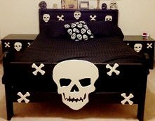 Ręcznie robione łóżko z motywami czaszek