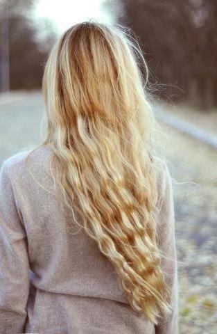 Naturalne rozjaśnianie włosów w 100% bezpieczne dla włosów.  Zmieszaj łyżkę lub 2 soku z cytryny z litrem wody. Takie proporcje są optymalne aby rozjaśnić włosy równocześnie ich zbytnio nie przesuszając.Umyj włosy i wytrzyj je dokładnie ręcznikiem.Polej wilgotne włosy przygotowanym roztworem.Przeczesz włosy szczotką, aby mieć pewność, że wszystkie włosy są równomiernie pokryte roztworem.Czynność tą powtarzaj po każdym myciu włosów, aż do momentu uzyskania oczekiwanego efektu.