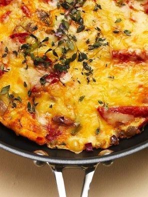 Hiszpański omlet z ziemniakami    składniki:   ~ 3 ziemniaki   ~ 10 jajek   ~ oliwa   ~ 1 cebula   ~ 20 dag chorizo   ~ 1 por   ~ 1 pęczek kolendry   ~ 1 garść parmezanu   ~ sól   ~ świeżo zmielony pieprz.