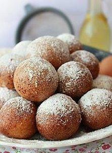 Pączuszki serowe Składniki  ½ kg twarogu 6 łyżek cukru 5 łyżek gęstej kwaśnej śmietany 4 jajka 2 szklanki mąki pszennej 2 płaskie łyżeczki sody oczyszczonej 1 łyżka spirytusu lu...