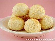Składniki na 24 sztuki:  40 g (1/3 szklanki) mąki pszennej szczypta soli 225 g (3 szklanki) wiórków kokosowych 175 ml (3/4 szklanki) mleka skondensowanego słodzonego kilka krope...
