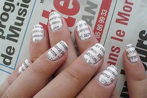 jak zrobić właśnie takie paznokcie to proste : 1.Potnij gazetę na małe paski....