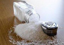 1. Czyszczenie dywanów solą Wieczorem posyp dywan solą a rano usuń sól wilgo...