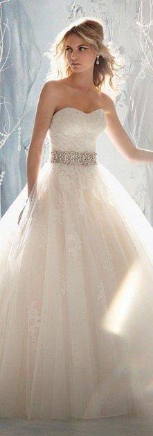 Piękna suknia z koronkowym wykończeniem