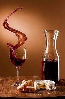 Sól - jako odplamiacz plam po winie. Rozciągnij tkaninę tak aby miejsce popla...