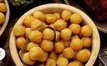 Smażone kulki ziemniaczane  Składniki:  800 g ziemniaków 2 jajka 2 łyżki mąki...