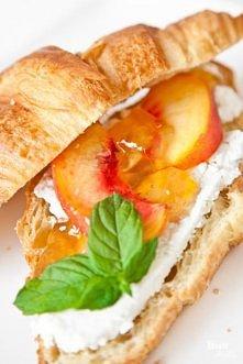 Croissant z serem ricotta, brzoskwinią i konfiturą