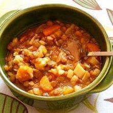 zupa z soczewicy  Składniki ilość porcji : 3       1 łyżka oliwy z oliwek     1 cebula, pokrojona w piórka     2 marchewki, pokrojone w półplasterki     1 korzeń pietruszki, pok...