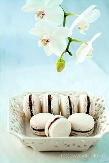 Składniki na 2 nieduże blaszki pojedynczych makaroników: •100 g białek (z około 3 jajek) •110 g zmielonych migdałów (bez skórki) •200 g cukru pudru •50 g drobnego cukru do wypie...