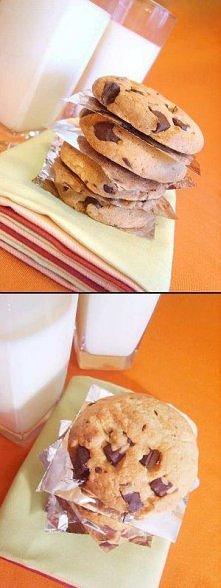 Kruche ciasteczka z kawałkami czekolady (ok. 45 szt.) * 250g masła lub margaryny  * 300g cukru  * 1 op.cukru wanilinowego  * 2 roztrzepane jajka * 6 łyżek mleka * 450g mąki psze...