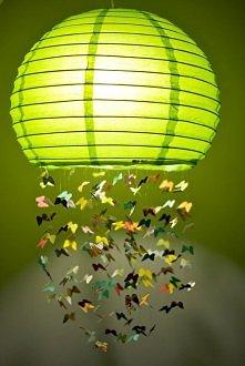 .Lampa z motylami.  Wiosenna lampa, świetnie nada się np. do pokoju dziecięcego i nie tylko. Możemy zastąpić motyle innym kształtem.   .Potrzebujemy. Okrągłego papierowego klosz...
